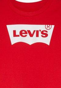 Levi's® - LIGHT BRIGHT CROPPED - Print T-shirt - super red - 3
