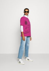 Levi's® - LEVI'S X PEANUTS GRAPHIC - T-shirts med print - fuschia red - 1