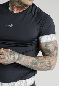 SIKSILK - SCOPE TAPE TECH TEE - Print T-shirt - navy - 4