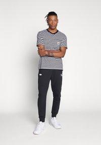 Nike Sportswear - Nike Sportswear DNA French-Terry-Jogger für Herren - Træningsbukser - black/white - 1
