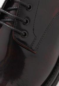 Walk London - JAZZ DERBY - Zapatos con cordones - oxblood/black - 5