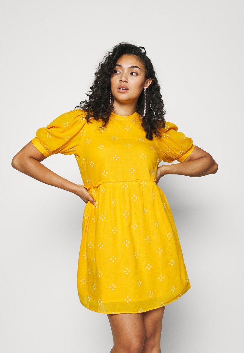 Vero Moda Curve - VMASTA 2/4 DRESS  - Denní šaty - saffron/birch