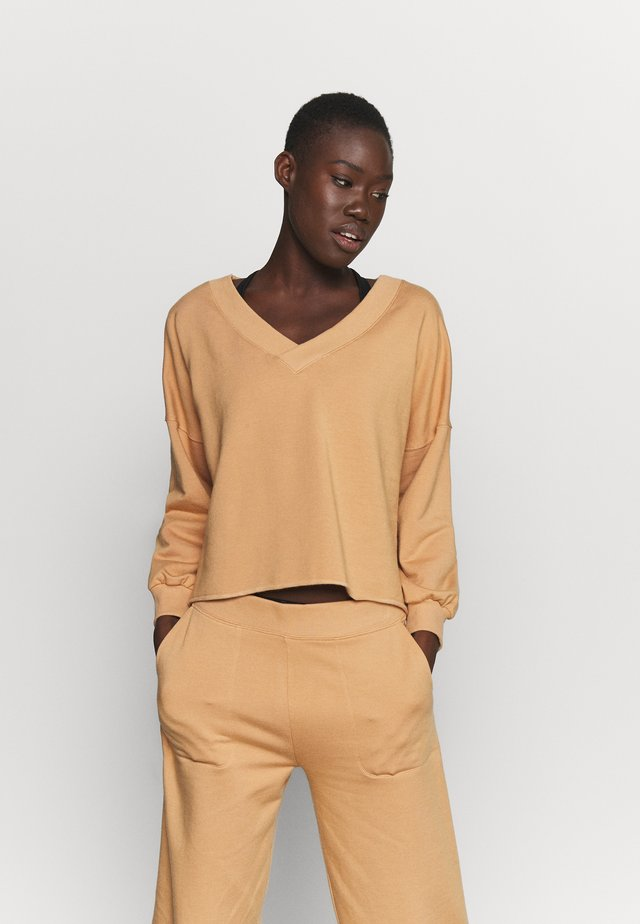 OFF MAT - Sweater - praline/shimmer