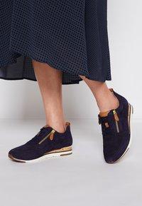 Gabor - Sneakers laag - bluette/cognac - 0