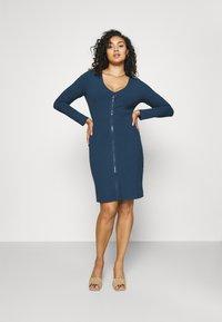 Glamorous Curve - ZIP THROUGH LONG SLEEVE DRESS - Pletené šaty - navy - 1