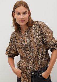 Mango - BEDRUCKTES SCHLANGENMUSTER - Button-down blouse - braun - 0