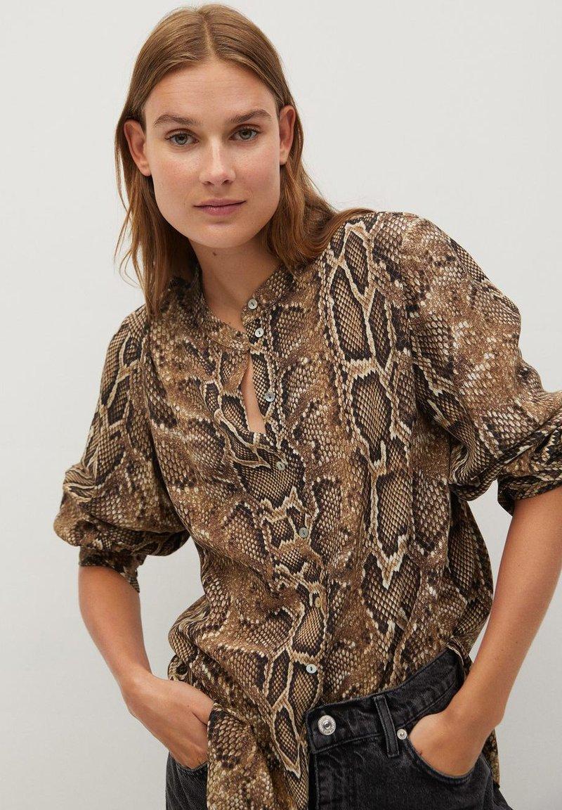 Mango - BEDRUCKTES SCHLANGENMUSTER - Button-down blouse - braun