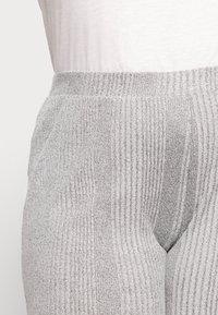 Pieces Curve - PCMANVI WIDE PANT - Tracksuit bottoms - dark grey melange - 4
