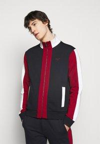Bally - veste en sweat zippée - ink/red/bone - 0