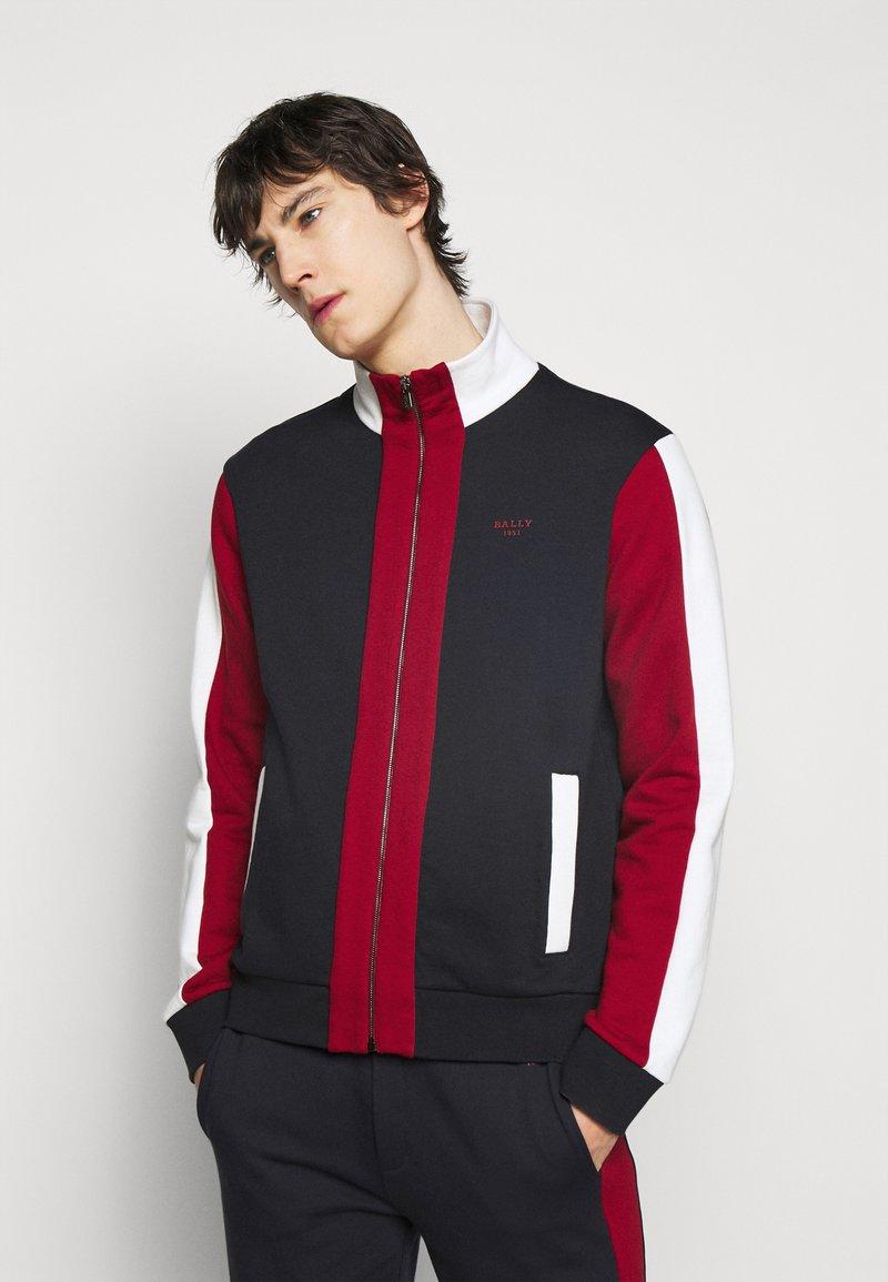 Bally - veste en sweat zippée - ink/red/bone