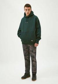PULL&BEAR - Luvtröja - mottled green - 1