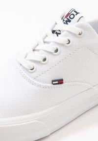Tommy Jeans - CLASSIC - Matalavartiset tennarit - white - 5