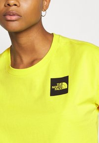 The North Face - CROPPED FINE TEE - Triko s potiskem - sulphur spring green - 4