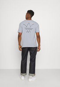 adidas Originals - ABSTRACT TEE UNISEX - Print T-shirt - halo silver - 2
