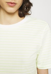 Selected Femme - PERFECT BOX CUT - Print T-shirt - young wheat/snow white - 4