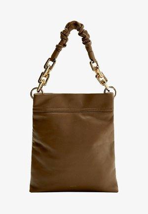MIT KETTENGRIFF - Handbag - camel