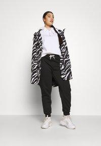 Even&Odd Curvy - Pantalones deportivos - black - 1