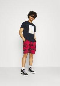 Urban Threads - TIE DYE CARGO UNISEX  - Shorts - red/black - 1