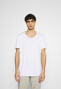 Selected Homme - SLHWYATT O NECK TEE  - T-shirt - bas - bright white - 0