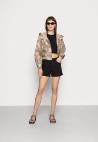 Vero Moda - VMNINETEEN MIX - Short en jean - black - 1
