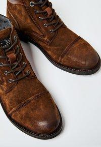 Pepe Jeans - PORTER  - Šněrovací kotníkové boty - cognac - 5