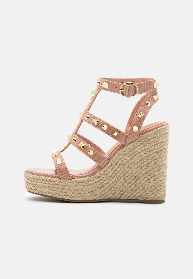Korkeakorkoiset sandaalit - pink
