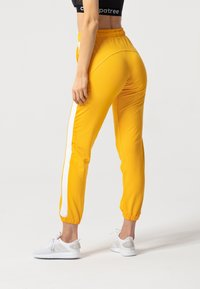 carpatree - RELAXED SWEATPANTS - Pantaloni sportivi - yellow - 2