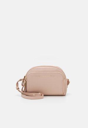 LISA FRONT POCKET CROSSBODY BAG - Taška spříčným popruhem - pink