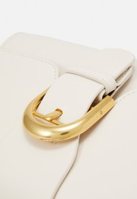 Pieces - PCABEERA CROSS BODY - Kabelka - cloud dancer/gold-coloured/multi - 4