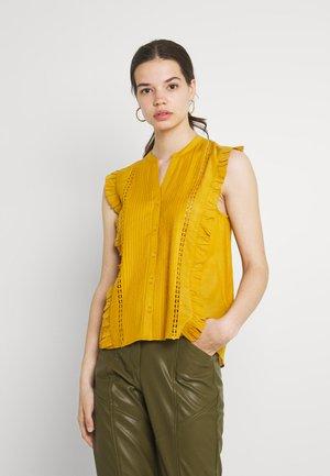 ISLA - T-shirts med print - ochre yellow