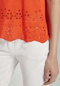 TOM TAILOR - MIT LOCHSTICKEREI - Print T-shirt - strong flame orange - 4
