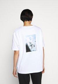 Holzweiler - BAND TEE - Print T-shirt - white - 2