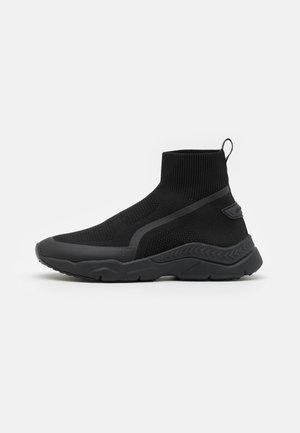 RUNNING SOCK ROOT CREED AND 3D LOGO SHIELD - Sneakers hoog - black