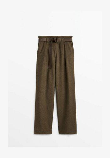 MIT GÜRTEL - Trousers - khaki