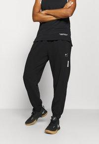Nike Performance - STANDARD ISSUE PANT - Teplákové kalhoty - black/pale ivory/pale ivory - 0