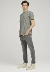 TOM TAILOR DENIM - Camicia - greyish shadow olive - 1