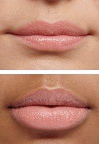 IsaDora - SMOOTH COLOR HYDRATING LIP BALM - Lip balm - soft caramel - 2