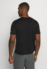 Nike Performance - MILER  - T-shirt basic - black/silver - 2