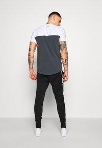 11 DEGREES - TAPED TRACK PANTS - Pantaloni sportivi - black - 2