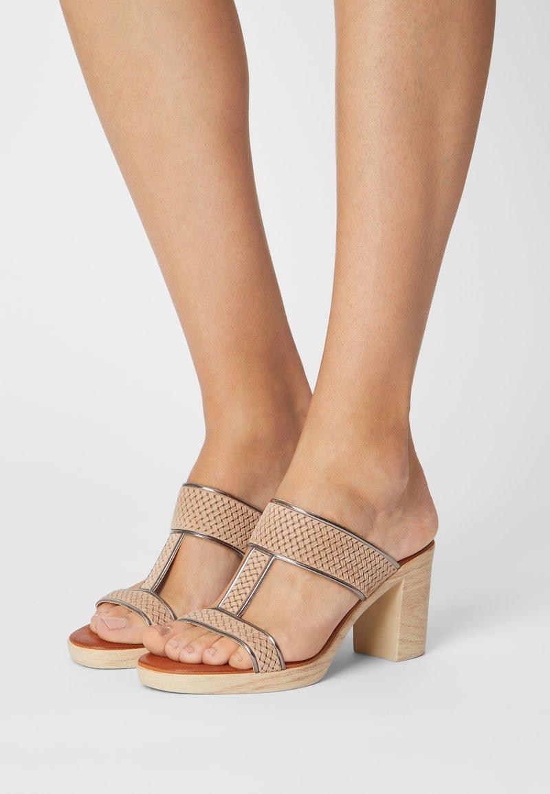 Mis Pepas - Pantofle na podpatku - sand/hardy