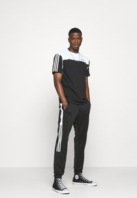 adidas Originals - CLASSICS  - Jogginghose - black/white - 1