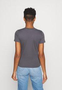 Levi's® - BABY TEE - T-shirt z nadrukiem - blackened pearl - 2