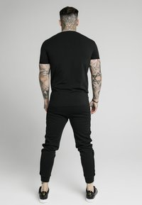SIKSILK - SIGNATURE TEE - T-shirt con stampa - black/red - 2