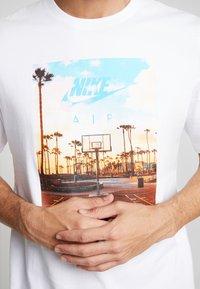 Nike Sportswear - TEE COURT  - Print T-shirt - white - 4