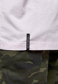 Cayler & Sons - Print T-shirt - pale pink/camo - 3
