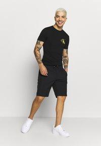 Calvin Klein - REGULAR FIT CRINKLE - Teplákové kalhoty - black - 1