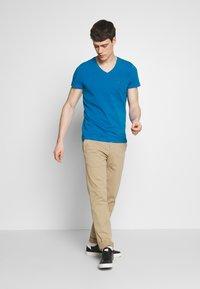 Tommy Hilfiger - STRETCH SLIM FIT VNECK TEE - T-shirts basic - blue - 1
