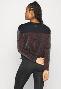 Nike Performance - RUN DIVISION HOLOKNIT  - Camiseta de deporte - black/team red - 2