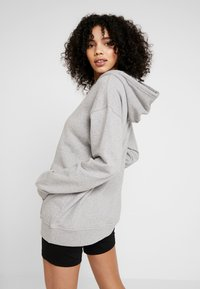 adidas Originals - ADICOLOR TREFOIL HODDIE SWEAT - Jersey con capucha - medium grey heather/white - 2