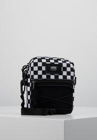 Vans - MN BAIL SHOULDER BAG - Axelremsväska - black/white - 0